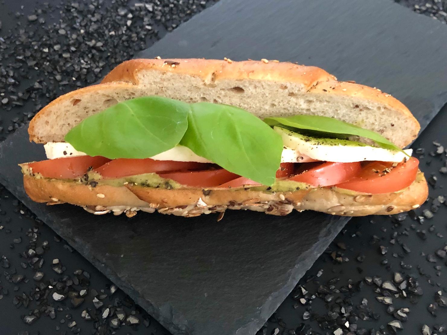 Pestos-mozzarellás-zárt-szendvics